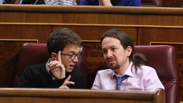Íñigo Errejón y Pablo Iglesias en sus escaños en el Congreso de los Diputados