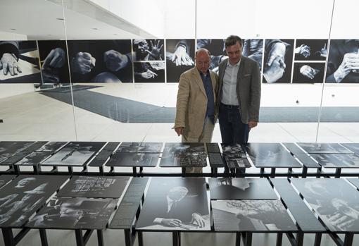 Kim Manresa y Xavi Ayén, junto a algunas de las imágenes expuestas