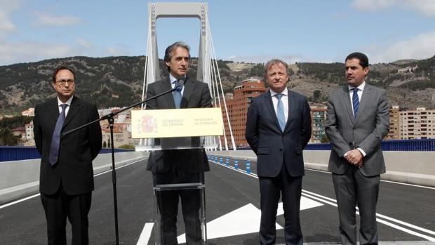 El ministro de Fomento junto al delegado del Gobierno en la Comunidad Valenciana y el alcalde de Alcoy, este lunes en la reapertura del puente Fernando Roig