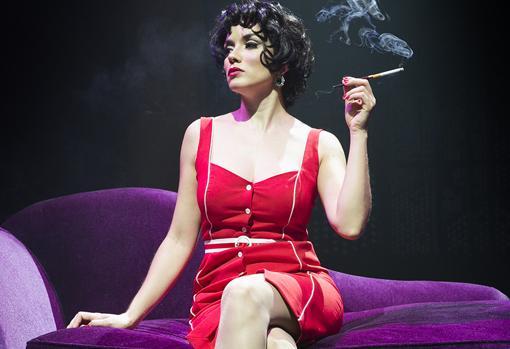 La actriz Eva Manjón haciendo de Sara Montiel