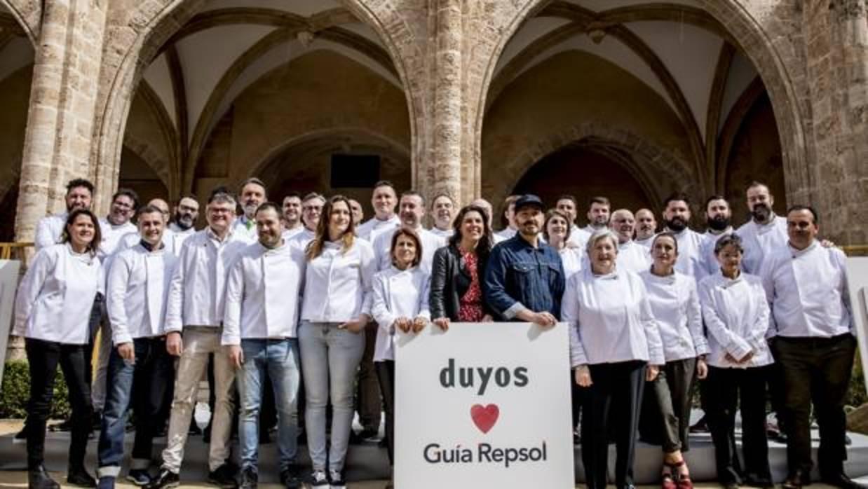 La Guía Repsol viste a los cocineros valencianos con su nueva chaquetilla diseñada por Juan Duyos