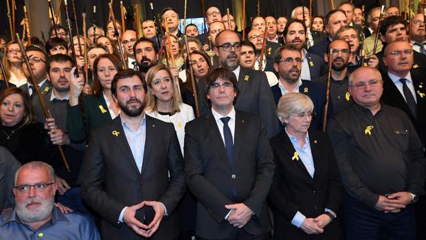 Puigdemont, rodeado de los alcaldes independentistas