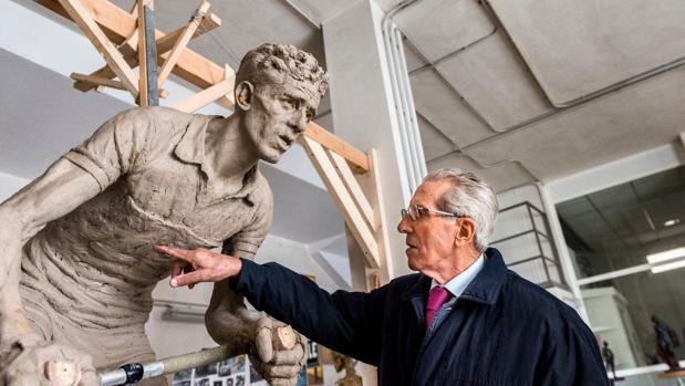 El escultor Javier Molina, ganador de la II Bienal «Julio Pascual», con Bahamontes en su taller de Valencia