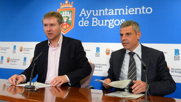 El alcalde de Burgos, Javier Lacalle (I); y el director territorial CaixaBank en Castilla y León y Asturias, Marc Benhamou (D), presentan el servicio «Nómina 15»