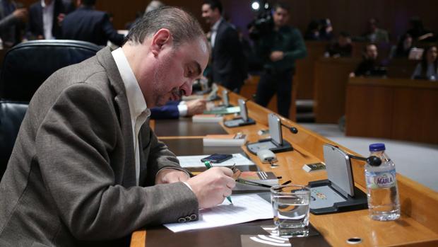El presidente de Aragón, Javier Lambán (PSOE), en su escaño de las Cortes regionales