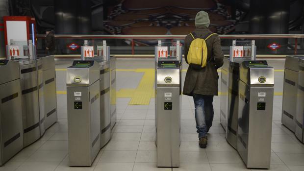 Un usuario entra al Metro de Madrid