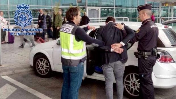 Imagen de la detención de uno de los denunciados por la violación en el aeropuerto de Alicante-Elche