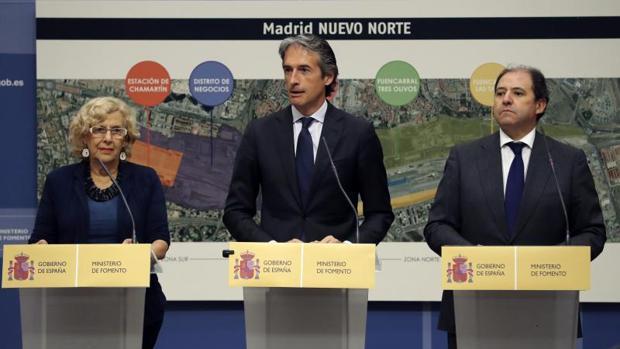 La alcaldesa de Madrid, Manuela Carmena, el ministro de Fomento, Íñigo de la Serna, y el presidente de DCN, Antonio Béjar
