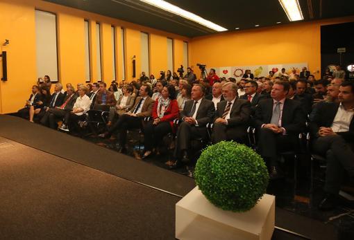 Empresarios, políticos y otros asistentes a la presentación del evento