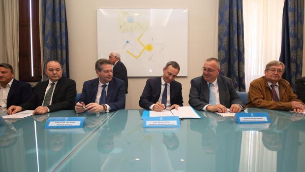 El presidente de la Diputación firmando el documento del Pacto Provincial del Agua con representantes de los regantes