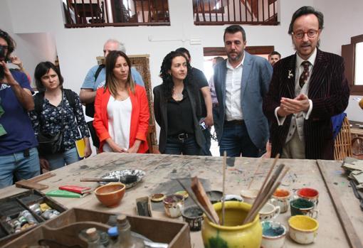 El nieto de Miró, Joan Punyet Miró (d) acompañado del president de la Fundació Mas Miró Fran Morancho (2d), la directora de la Fundació Mas Miró, Elena Juncosa (3i) y de la regidora de Turismo del Ayuntamiento de Mont-roig del Camp, Yolanda Perez