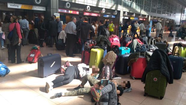 Estudiantes del IES Manuel de Falla esperan a ser reubicados en otro vuelo