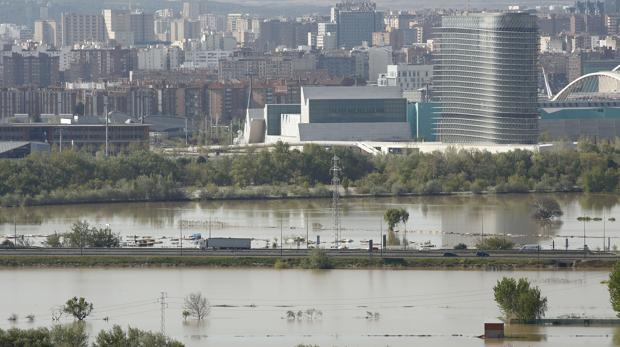 Estampa que dejó en los últimos días el Ebro, desbordado a su paso por Zaragoza