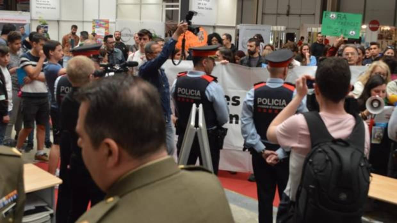 Protestas por la presencia del Ejército en la feria de educación de Lérida