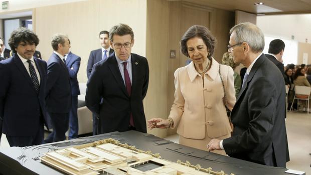 La Reina Doña Sofía y el presidente de la Xunta, con responsables de la institución