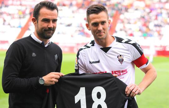 Entrega de una camiseta del Reus para Pelayo Novo