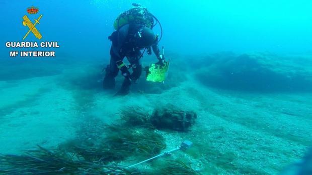 Imagen de archivo de un buceador en la desactivación de otro artefacto hallado en las costas de Alicante