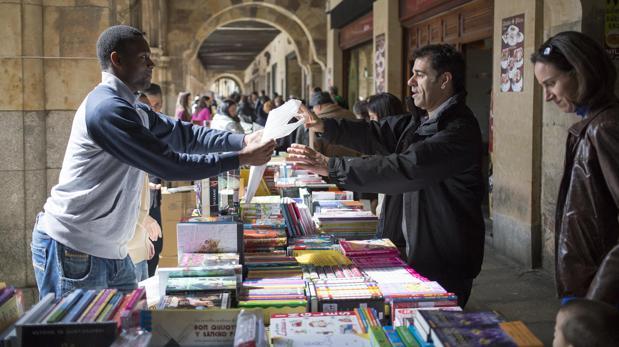 Celebración del día del libro en la Plaza Mayor de Salamanca