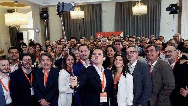 Albert Rivera se fotografía con los comités autonómicos de su partido