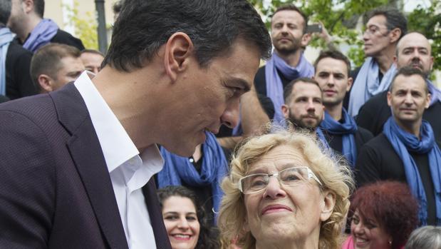 Pedro Sánchez junto a Manuela Carmena en 2016