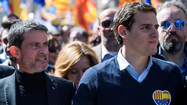 Independentistas y populistas arremeten contra Manuel Valls