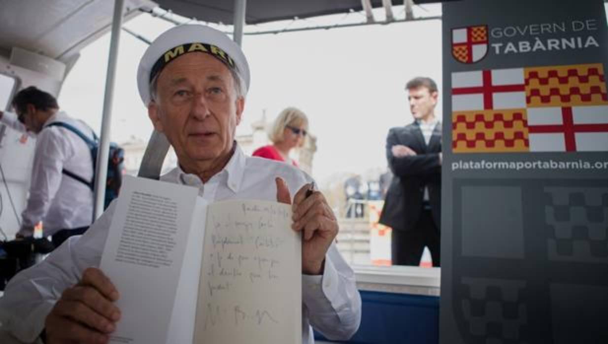 Boadella se sube a un catamarán para dedicar a Puigdemont su libro sobre Tabarnia