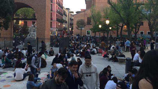 «Botellódromo» sin control en la plaza del Dos de Mayo