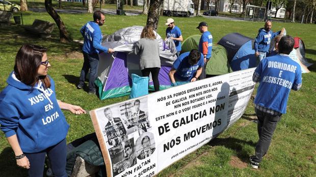 Acampada de trabajadores de la Justicia frente a la sede de la Xunta en San Caetano