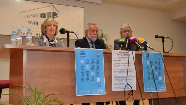 La concejala María Ángeles Núñez, el alcalde Jaime Ramos y el presidente de los libreros, Nazario García