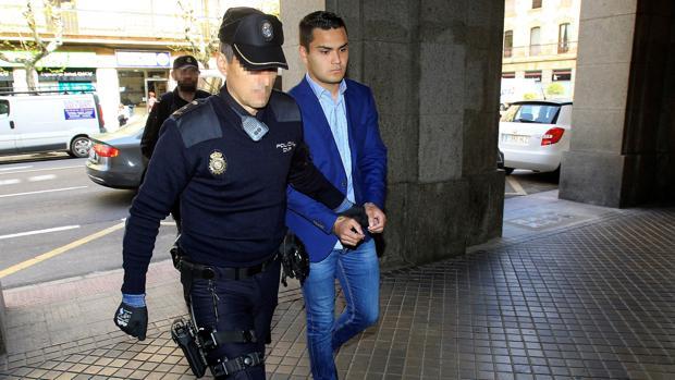 El acusado de matar a su padre en julio de 2016 a su llegada a la Audiencia de Salamanca