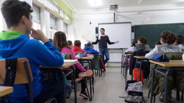 Alumnos en clase en una imagen de archivo