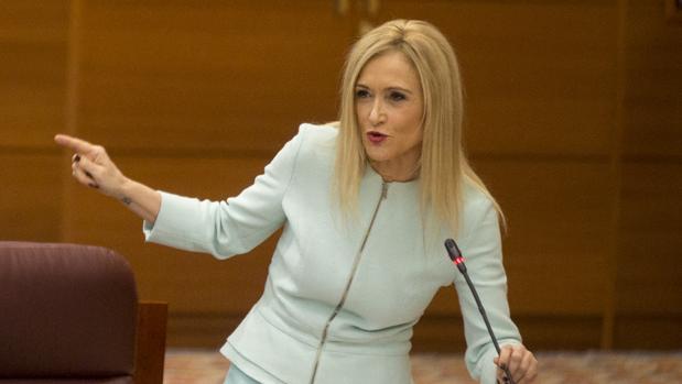 Cifuentes informa por WhatsApp a sus diputados de que quiere seguir como presidenta del PP de Madrid