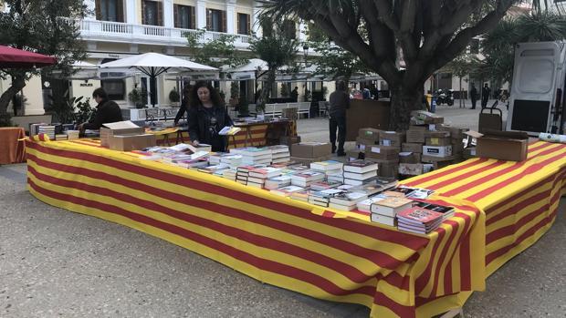 Una de las mesas dispuestas por el Ayuntamiento ibicenco durante el pasado Día del Libro