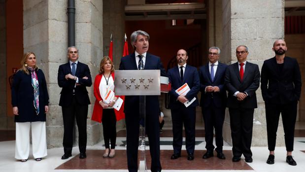El desde hoy presidente en funciones de la Comunidad de Madrid, Ángel Garrido, junto a su equipo
