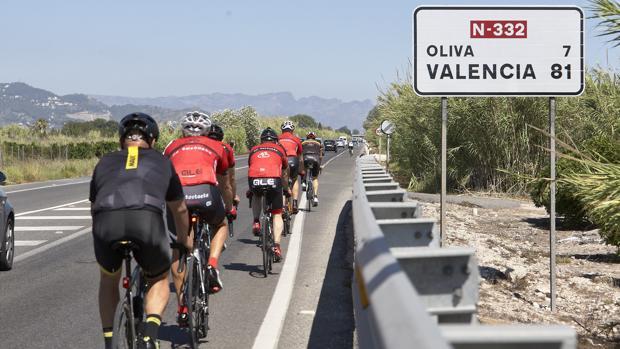 Imagen de archivo de un grupo de ciclista tomada en una carretera de la provincia de Valencia