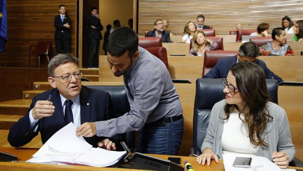 Imagen de Puig, Oltra y el conseller Marzà tomada en las Cortes Valencianas