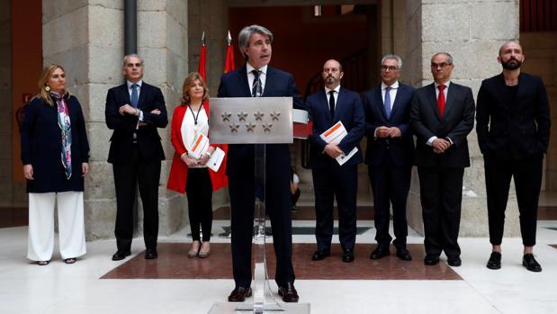 Ángel Garrido, con los consejeros de la Comunidad de Madrid detrás