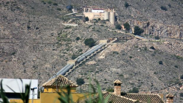 Imagen de la canalización del trasvase Tajo-Segura al paso por la Orihuela