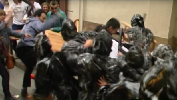 Varios pandilleros caricaturizan a la Guardia Civil usando la violencia