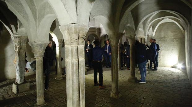 Columnas, arcadas y bóvedas de crucería conforman este espacio que data del siglo XIII