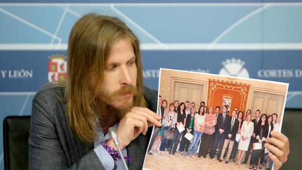 El líder de Podemos muestra una foto de la Corporación de Salamanca