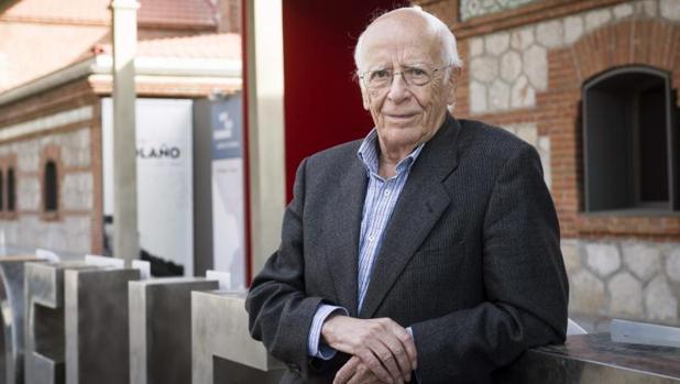 El filósofo Emilio Lledó posa frente a la Casa del Lector en Matadero