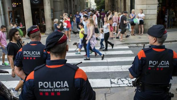Una unidad de los Mossos d`Esquadra custodian las calles de Barcelona