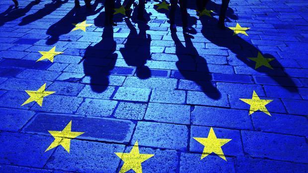 Montaje de la bandera de la UE sobre el pavimento