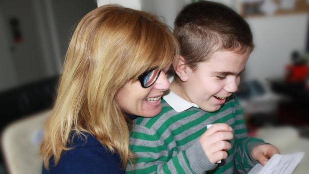 Belén Zafra con su hijo Pol, que padece el Síndrome de Sanfilippo