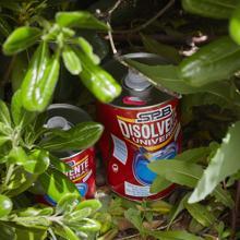 Botes de disolvente escondidos en un parque cercano