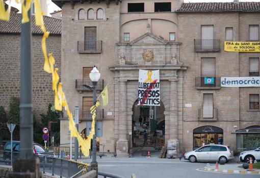 Un cuartel en Solsona (Lérida) reclama la libertad de los exconsejeros catalanes en prisión