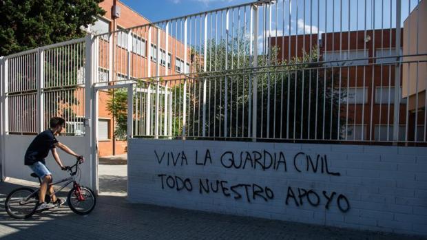 Pintada de apoyo a la Guardia Civil en las puertas del IES El Palau de Sant Andreu