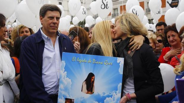 Juan Carlos Quer (i) y Diana López Pinel (d), padres de Diana junto a su hija Valeria (c)