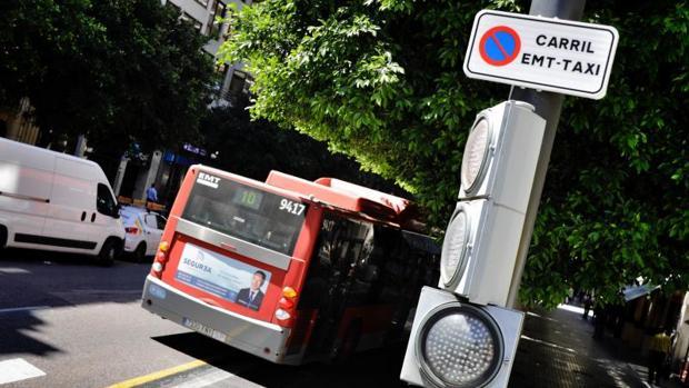 Un autobús de la EMT circulando por Valencia